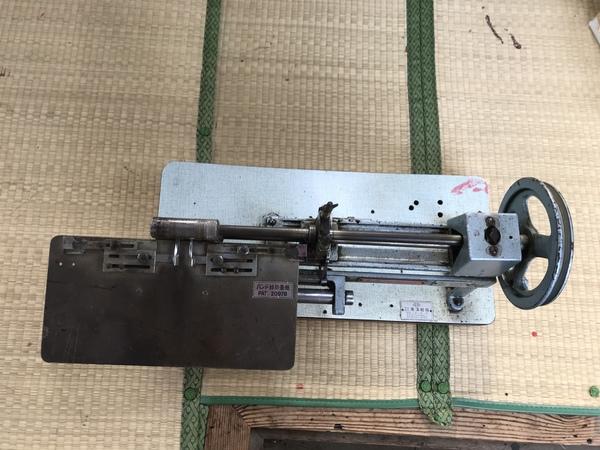 牛革バッグを造る為の道具(バンド縁折畳機)