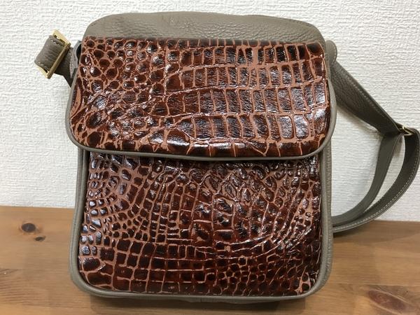 牛革斜め掛けバッグのクロコ風型押しを使った、高級感あるオシャレな2色使い❣️