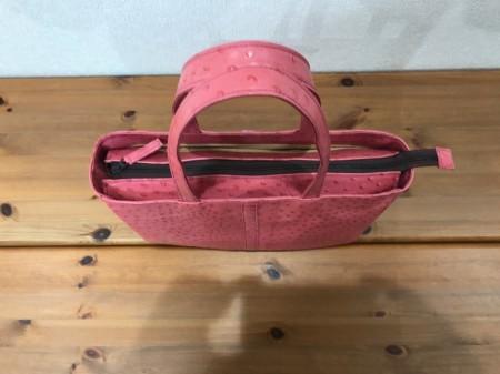 軽い!A4サイズが入るオーストリッチ風牛革ショルダーバッグ(ピンク)